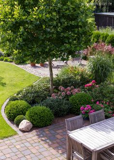 rabatt garten Great front yard landscaping ideas can transform your homes curb appeal. Your front yard design can greatly impact the way your home looks from the outside. Back Gardens, Outdoor Gardens, Japanese Garden Lighting, Garden Shrubs, Small Garden Trees, Artificial Grass Ideas Small Gardens, Flowering Shrubs, Garden Planters, Shade Garden