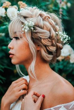 Homecoming hairstyles are the perfect example of the elegance and charm your hair can have once in a while. Even those who prefer casual and messy ways of styling their hair will admit that homecoming hair is fabulous.