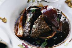 Veckans recept: långkok på högrev med ljuvliga smaker av balsamvinäger, rödlök, tomat, vitlök och örter. Passar perfekt tillsammans med Baron de Ley Varietales Graciano.