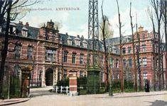 De hoofdingang van het ziekenhuis dat van 1893 tot 1984 in de 1 ste Helmersstraat was gevestigd