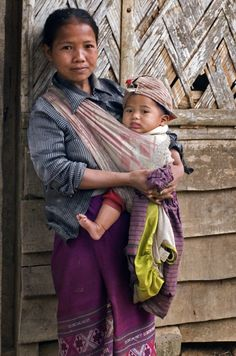 Laos mother and child Beautiful Eyes, Beautiful People, Skin To Skin, Life Pictures, Babywearing, Native Indian, People Of The World, People Photography, Mothers Love