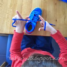 Tafjora - eine deutsche Familie in Frankreich: Hilf mir, es selbst zu tun: Schleife binden-Wie bringe ich meinem Kind das Schnürsenkel binden bei?
