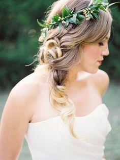 Bellissima acconciatura per la sposa, laterale semiraccolta con coroncina - http://www.matrimonio.it/collezioni/acconciatura/