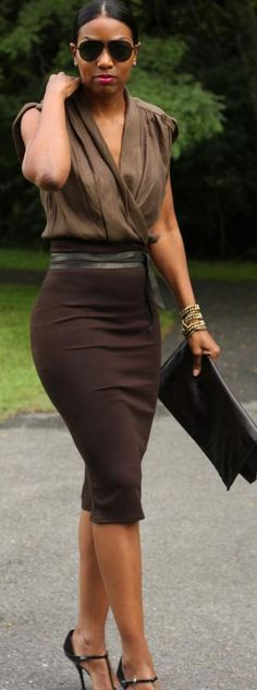 This works for day or night (switch up the bag and jewelry). Love love the pencil skirt and how it's incorporated into the look....