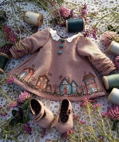 "Рукоделие со всего мира on Instagram: ""❤️Автор @olgachertova_dolls #одеждадлякукол #рукоделие #вдохновение #ручнаяработа #аппликация #вышивка #всесама #hendmede #платье"" Doll Clothes Patterns, Doll Patterns, Clothing Patterns, Knitting Patterns, Contemporary Embroidery, Modern Embroidery, Embroidery Art, Fashion Dolls, Kids Fashion"