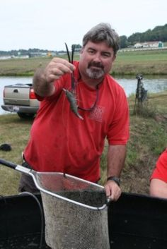 Laura Tiu, Aquaculture Specialist, Ohio State University South Centers       Geoff Wallat holding a freshwater prawn (courtesy of Laura...