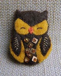 Could be a cute ornament! Felt Owls, Felt Birds, Felt Animals, Felt Embroidery, Felt Applique, Fabric Crafts, Sewing Crafts, Felted Wool Crafts, Owl Crafts