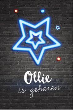 Super gaaf enkel geboortekaartje voor een jongen. Met donkergrijze muur met daarop een blauwe neon ster geprojecteerd.