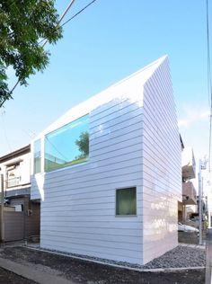 Une des particularités de l'architecture contemporaine japonaise et de ses architectes est de trouver constamment des solutions d'aménagement dans de minuscules espaces.  Encore un exemple avec cette habitation qui regroupe deux appartements sur un terrain de 33 m2. Les architectes du studio « Niji Architects » ont en effet imaginé et réalisé cette maison de trois étages divisée dans sa diagonale pour créer 2 appartements symétriques et distincts. Les hauts plafonds et le puits de lumière...
