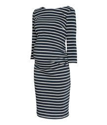 Mørk blå/Stripet. En kort, figurnær kjole i viskoseblandet trikot. Kjolen har rynkeeffekt i sidesømmene for god passform.
