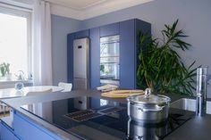 Helnon Töölö-malliston keittiö indigonsinisenä.  #töölö #indigo #keittiö #helno #helnodesign #kitchen #keittiöremontti #asmonoronen #sisustus #finland #interiordesign #kök #helsinki Decor, Table, Furniture, Kitchen, Home Decor, Sink