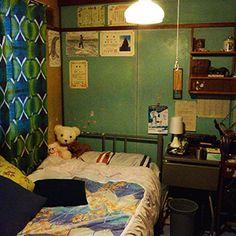 映画の世界のお部屋から、暮らしとインテリアにステキなヒントを。アットホームと映像カルチャーマガジン ピクトアップがお届けする映画の世界の「間取り」を紹介するサイト CINEmadori シネマドリ 1990 Style, Tiny Office, How To Wake Up Early, Fashion Room, Home Decor Kitchen, My Room, Home Furniture, Home Goods, Living Spaces