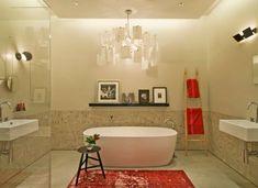 Originelle Einrichtungsideen im Bad – wie Sie Ihre Badetücher mit Stil aufbewahren - originelle einrichtungsideen im bad anregendes rot und abgehängte decke