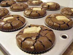 המערוך המקפץ: עוגות בראוניז שוקולד קטנות,רכות ונימוחות. מתכון מעולה - עוגות עשירות וטעימות. לנסות להכין בתבנית מיני Brownie Bar, Cake Cookies, Cupcakes, Mini Cakes, Cookie Dough, Cookie Recipes, Food Photography, Food And Drink, Favorite Recipes