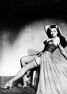 Burlesque dancer, Zorita, 1942 What? So cool, she's got an Elvira thing going on. Vintage Glamour, Vintage Girls, Vintage Beauty, Burlesque Vintage, Burlesque Show, Pin Up, Date Hairstyles, Corset, Ziegfeld Girls