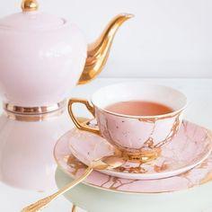 mug cup The most gorgeous set to serve your tea in Tea Pot Set, Cup And Saucer Set, Tea Cup Saucer, Café Vintage, Tea Sets Vintage, Vintage Teacups, Tee Set, Deco Rose, Mug Art