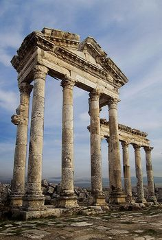The ruined colonnades of Apamea in northwestern Syria (by Julian_K)