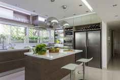 Cool mdoern kitchen with glossy white bench tops! cocina by GUTMAN+LEHRER ARQUITECTAS