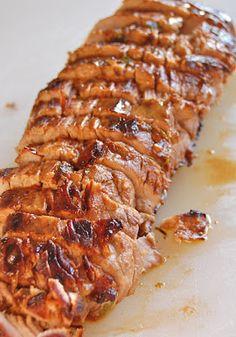 gredientes: 1/2 xícaras de azeite de oliva 1/3 xícara de molho de soja Quarto de xícara de vinagre de vinho tinto Suco de 1 limão 1-2 colheres de sopa de molho inglês 1-2 colheres de sopa de salsa fresca picada finamente 2 colher de chá de mostarda seca Recém-pimenta preta rachada, a gosto 4 dentes de alho, descascados e picados 1 1-lb. lombo de porco (prata pele removida) Instruções: Misture todos os ingredientes da marinada e reservar 2-3 colheres de sopa.