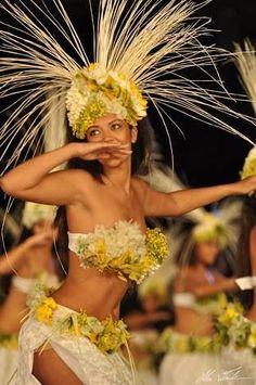 Heiva I tahiti Toa'taYou can find Tahiti and more on our website.Heiva I tahiti Toa'ta Polynesian Dance, Polynesian Islands, Polynesian Culture, Hawaiian Islands, Polynesian Girls, Miss Tahiti, Tiare Tahiti, Tahitian Costumes, Tahitian Dance