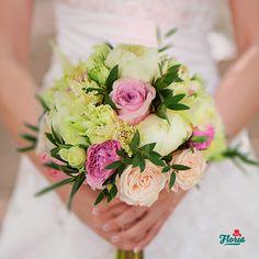 Printesa din povestea cu bujori si trandafiri esti chiar tu! Alege pentru nunta ta de vis un buchet rotund alcatuit din 4 bujori albi, 7 trandafiri David Austin roz, 3 astilbe alb, 3 minirosa alb, 1 boombastic.
