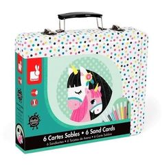 <p>JANOD coloured sand horse contains a tin suitcase, 6 different cards 20 x 20 cm, 8 different colours coloured sand.<br />Open the sticky parts of the cards and the glitters wil colour up the cards. </p>