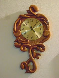 Relojes tallados a mano en madera de Raulí Wood Clocks, Antique Clocks, Viking Symbols And Meanings, Wood Carving For Beginners, Modern Clock, Mirror Painting, Carving Designs, Wood Turning Projects, Wooden Watch