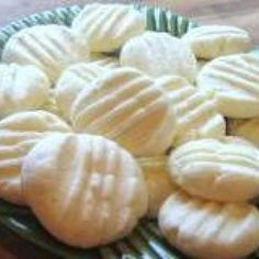 Receita de Biscoitos de Amido de Milho e Leite Condensado - 1 pacote de amido de milho, 1 lata de leite condensado, 3 unidades de gema de ovo, 2 colheres (s...