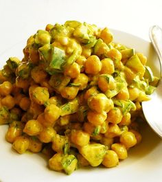 Spiced chickpea salad with yogurt, cucumber and green pepper   Vegan