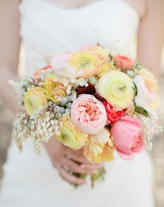 a summery bouquet full of garden roses and ranunculus by http://sugarandfluff.com/  Photography by http://richelledante.com