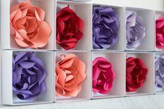 caixinhas com flores de papel rosa, vermelha, roxa, lilás e salmão para festa chá de cozinha.