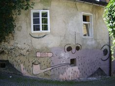 Street art visage sur une maison ljubiania, slovénie