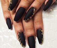 Матовые ногти фото черные с золотыми стразами