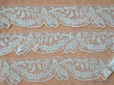 Articles vendus > Monogrammes, dentelles ... > LINGE ANCIEN / Belle et large dentelle festonnée faite main en filet retravaillé avec fleurs et papillons couleur blanche - Linge ancien - Passion-de-Blanc - Textiles anciens - Dentelles anciennes