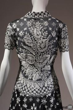 Pierre Balmain Haute Couture evening dress from spring 2002 by designer Oscar de la Renta. Made from black silk organza embroidered with white color flower floral pattern embroidery. #Balmain #Fashion House of Balmain.