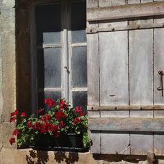 via Instagram bertholdkolberg: #bourgognetourisme #bourgogne #welovefrance #weloveburgundy #welovebourgogne #farbenfrankreichs #architecture #beaune #window #fenêtre