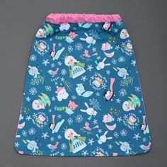 Serviette de table de cantine enfants élastique Princesse des neiges de Lilooka. L'enfant la met et la retire seul à la cantine ou à la maison. Lavable à 40 °. 100 % coton. Pour les enfants qui ne veulent plus de bavoir. Idée cadeau.  http://www.lilooka.com/a-table-1/serviettes-de-table-cou-elastique-enfants/serviette-cou-elastique-enfant-princesse-des-neiges.html
