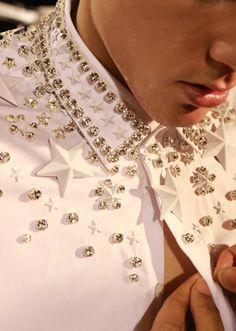 detalle del cuello bordado en estrellas y swarovski de una coleccion masculina de givenchy.