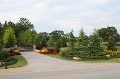 Driveway Entrance Landscaping, Outdoor Landscaping, Landscaping Ideas, Driveway Gate, Driveway Ideas, Country Landscaping, Backyard Patio, Asphalt Driveway, Farm Gate