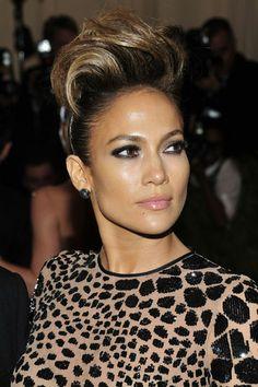 Jennifer Lopez muy potente en la Gala del MET 2013  La cantante Jennifer Lopez apuerta por un tupé de dimensiones XL y ojos rasgados con crayon negro.