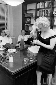Marilyn Monroe serving drinks to Arthur Miller and Kermit Bloomgarden at home, Photo by Robert Kelley. Marylin Monroe, Marilyn Monroe Photos, Classic Hollywood, Old Hollywood, Hollywood Glamour, Viejo Hollywood, Photo Vintage, Vintage Images, Marlene Dietrich