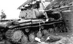 Abondoned heavy tank KV-1E with F-32 gun 76,2 mm / Porzucony czołg ciężki KW-1E uzbrojony w działo F-32 kal. 76,2 mm