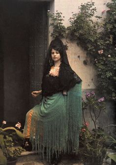 Autochrome of a Spanish woman, Photographed by Jules Gervais Courtellemont, from the National Geographic archives 💚 Vintage Photographs, Vintage Photos, National Geographic, Albert Kahn, Mode Costume, Spanish Woman, Harlem Renaissance, Belle Epoque, Vintage Colors
