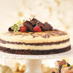 Need cheesecakes? Get delicious cheescake recipes including layered turtle cheesecake, caramel-pecan cheesecake pie, banana cheesecake pie and more cheesecakes. Just Desserts, Delicious Desserts, Yummy Food, Yummy Yummy, Fun Food, Cheesecake Recipes, Dessert Recipes, Brownie Cheesecake, Vanilla Brownies