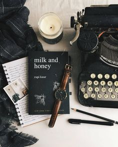 flatlay - is-sit tiegħi Flat Lay Photography, Book Photography, Flat Lay Fotografie, Fred Instagram, Disney Instagram, Book Flatlay, Coffee And Books, Book Aesthetic, Milk And Honey
