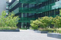 Im Zuge der Gesamtsanierung des Bürogebäudes wurde eine neue Gartenanlage angelegt, welche das grossvolumige Bürogebäude stadträumlich besser im durchgrünten Quartierumfeld verankert. Der Haupteingang von der Gartenstrasse ist zurückhaltend dimensioniert und fügt sich mit seinem zurückhaltend repräsentativen Ausdruck thematisch in die … weiterlesen