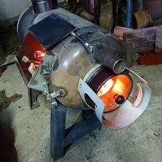 プロパンボンベのロケットストーブにガラス窓 | 趣味工作の便利屋:あなたの困っているものづくり・試作を応援します Wood Stove Heater, Pellet Stove, Stove Oven, Welded Metal Projects, Welding Projects, Propane Tank Art, Gas Bottle Wood Burner, Waste Oil Burner, Rocket Mass Heater