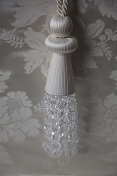 SINGLE CRYSTAL TIEBACK Stylish single tassel design comprised of multi-faceted crystal beads with bobbles covered with fine double satin ribbon