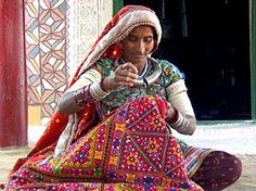 Color suffuses Gujarat's handicraft, its textiles and fabrics Kashmir India, Indian Arts And Crafts, Indian Textiles, Indian Fabric, Tribal Women, Indian Designer Outfits, Online Gratis, Indian Ethnic, Traditional Dresses