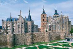 Astorga (León). Augusto creó hace dos mil años esta ciudad como capital de los astures, y en este tiempo se ha ido enriqueciendo con una buena lista de edificios arquitectónicos como la catedral, del siglo XV, y el Palacio de Gaudí, la obra más representativa de Antonio Gaudí fuera de Cataluña.